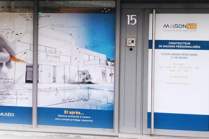 Marquage vitrine adhésif maison vie communication signalétique