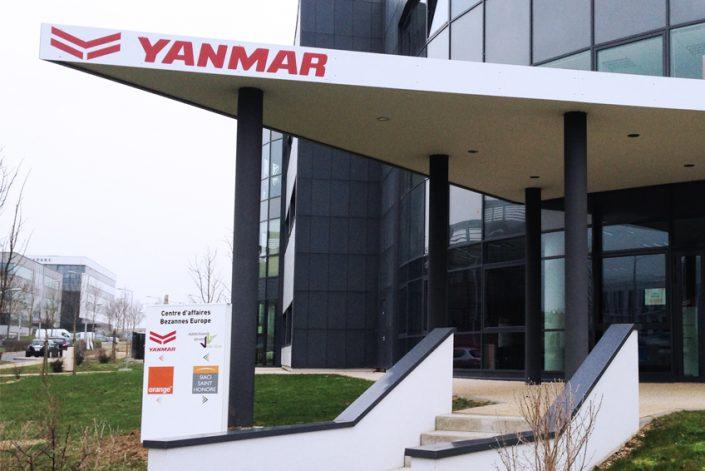 Signalétique adhésif panneau Yanmar communication entreprise