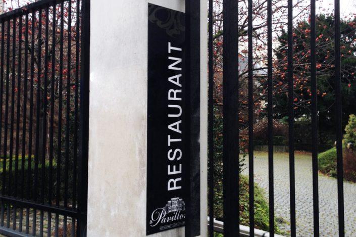 panneau restaurant Le Pavillon signalétique communication