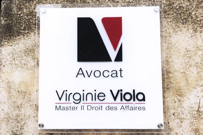 plaque de rue professionnelle avocat virginie viola plexiglass vinyle blanc signalétique communication