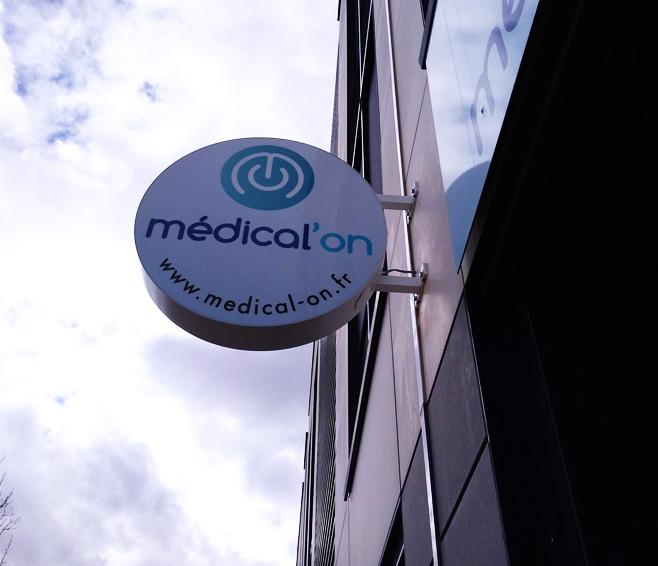 enseigne lumineuse perpendiculaire drapeau caisson lumineux fermé medical'on signalétique communication publicité