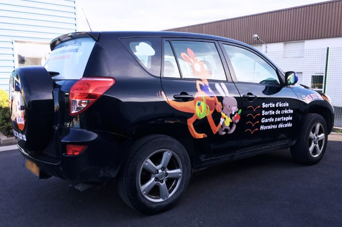 marquage véhicule voiture auto automobile adhésif microperforé kangourou kids communication publicité