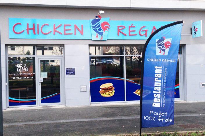 enseigne lettrage relief oriflamme publicitaire drapeau chicken regale reims signalétique communication publicité
