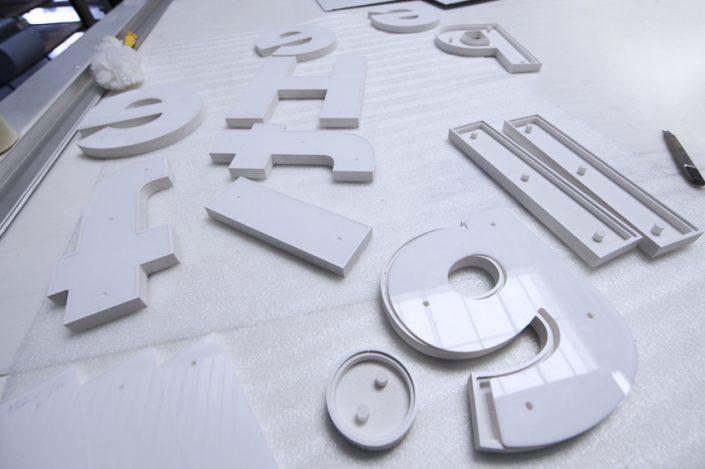 construction enseigne lettrage relief fabrication lettres signalétique atelier communication publicité