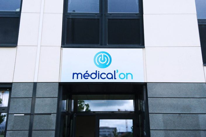 enseigne panneau medical on signalétique communication