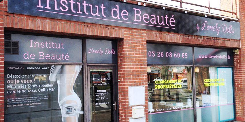 enseigne bandeau dibond marquage vitrine adhésifs décoration vinyle fluo Lovely Dolls signalétique communication publicité