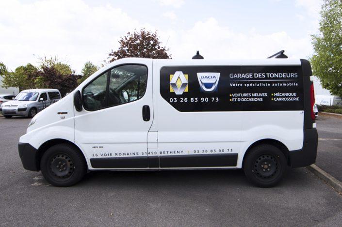 marquage véhicule utilitaire adhésifs garage des tondeurs renault dacia communication publicité
