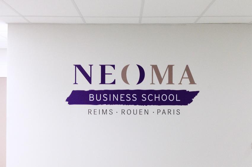 impression découpe pose vinyle VCR vinyle colle renforcée mur neoma business school signalétique communication publicité