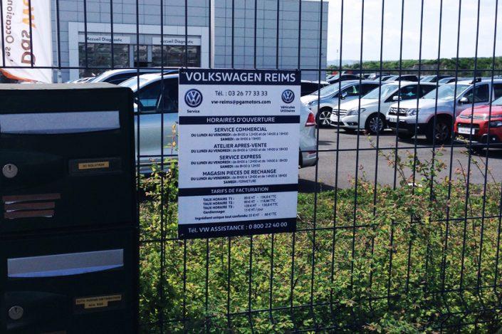 panneau signalétique volkswagen panneau horaires indication client communication publicité