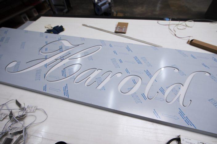fabrication atelier enseigne lumineuse LED harold restaurant reims communication signalétique publicité