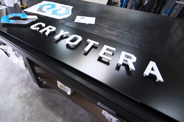 atelier fabrication enseigne pannea dibond lettres pvc et logo pvc Pôle de Cryothérapie Rémois signalétique communication publicité