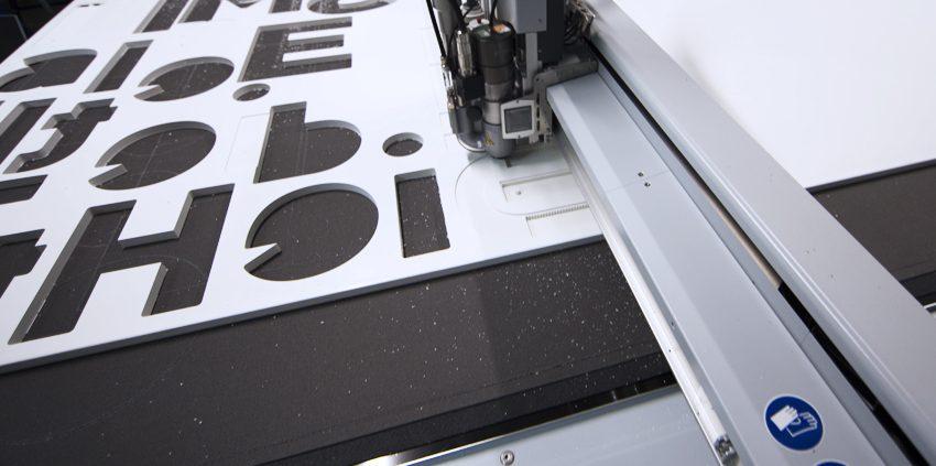 fraisage lettres enseigne fraiseuse lettrage relief zund g3 xl communication signalétique publicité