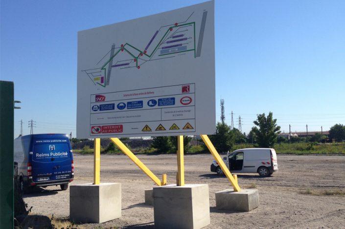 panneau 4x3m grand format plots bétons renforcement bois signalétique sécurité SNCF communication publicité
