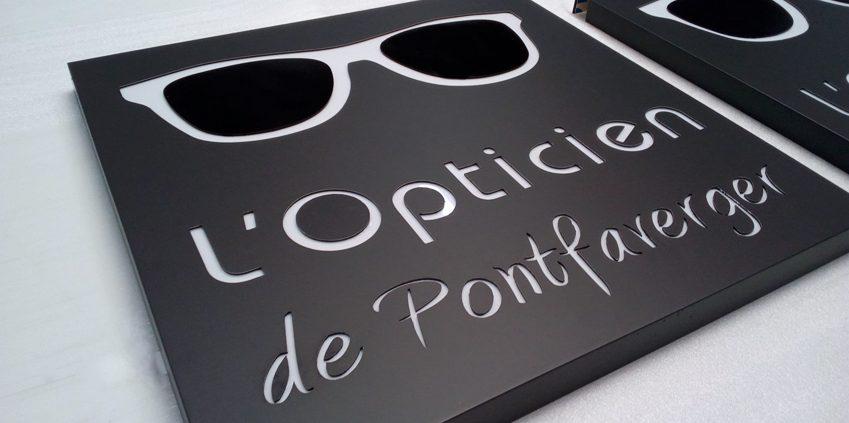 construction à l'atelier d'une enseigne perpendiculaire caisson lumineux ccpg vision opticien ponfaverger signalétique communication publicité