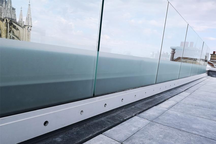réalisation et pose d'un film adhésif dépoli sur terrasse balcon décoration communication publicité