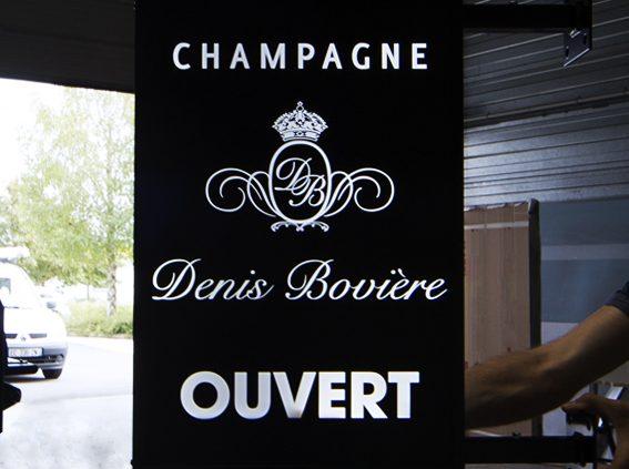 construction enseigne lumineuse perpendiculaire caisson led atelier pour maison de champagne communication signalétique publicité