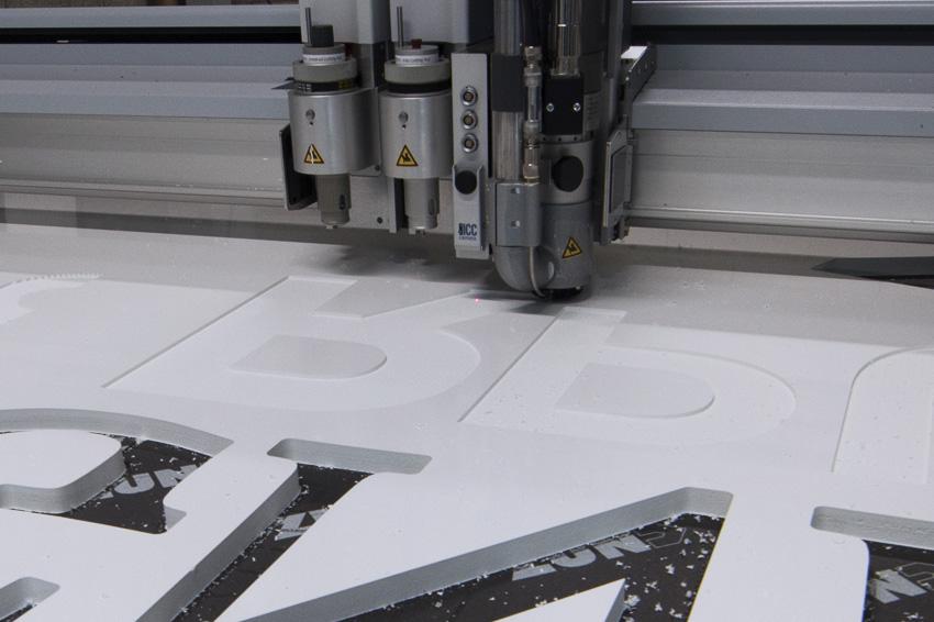 découpe fraisage lettres pour enseigne lettrage relief sur zund g3 xl table de découpe numérique signalétique communication publicité