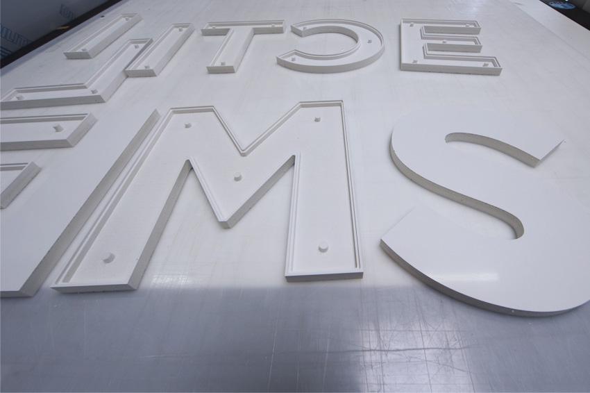 réalisation lettres découpe table de découpe numérque zund g3 xl fraisage atelier enseigne signalétique communication publicité