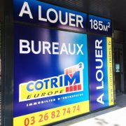 réalisation adhésifs et pose pour marquage vitrine cotrim2 europe immobilier d'entreprise signalétique communication publicité