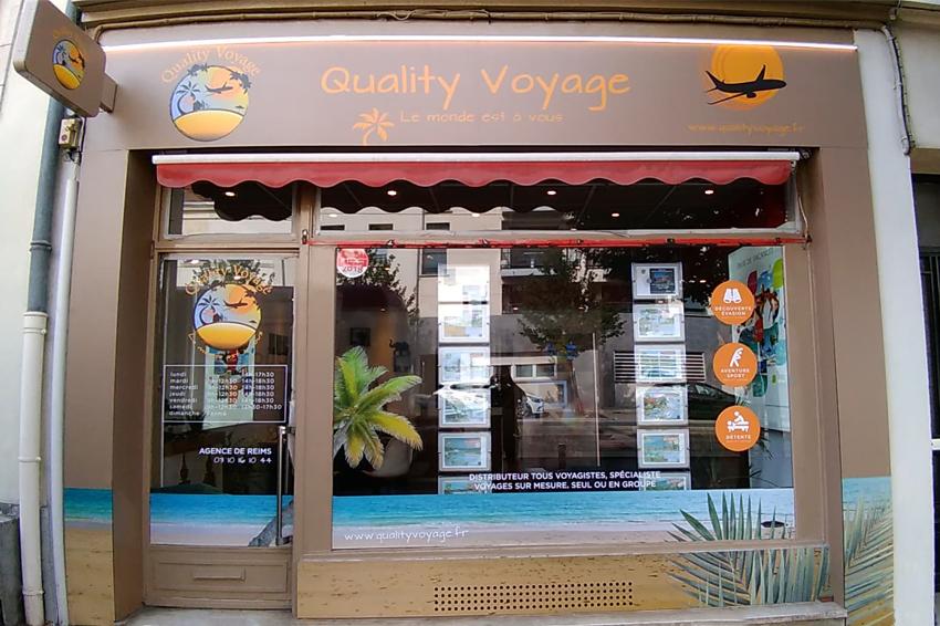 réalisation et pose d'enseignes et d'adhésifs vitrine pour Quality Voyage - Reims