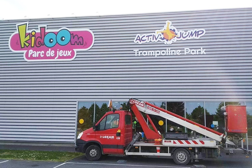 enseigne signaletique kidoom activ jump adhésif aire de jeux saint quention